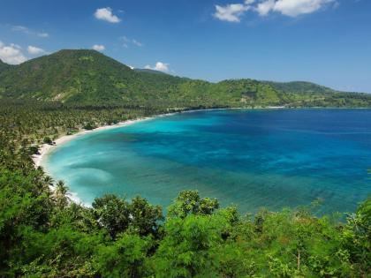 Lombok-Bay-with-White-Sand-2